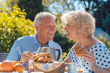 Wir liefern Ihnen die frisch gebackene Brötchen, Brote oder süße Teilchen, Croissant, direkt an die Haustür.